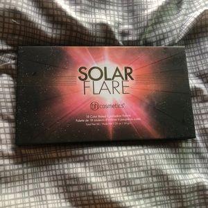 BH Cosmetics 18 Color EyeshadowPalette Solar Flare